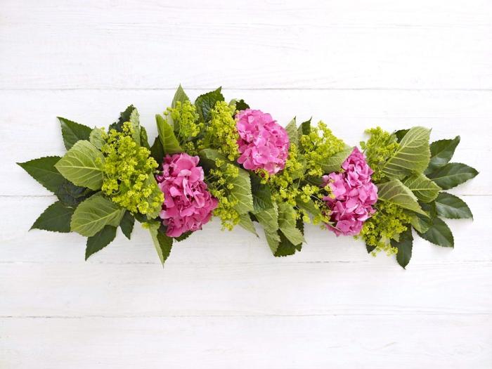 arrangement de fleurs et feuilles à faire soi-même, decoration de table fraiche et jolie