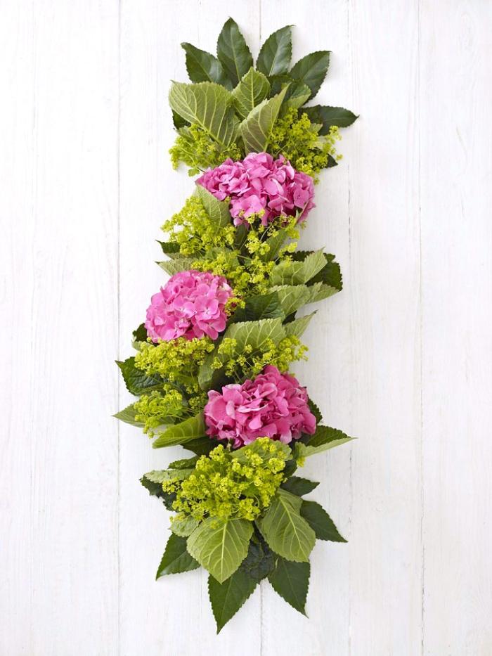guirlande de fleurs et de feuilles fraîches, hortensias, alchemille, feuilles de hortensia, chemin de table, idee deco table