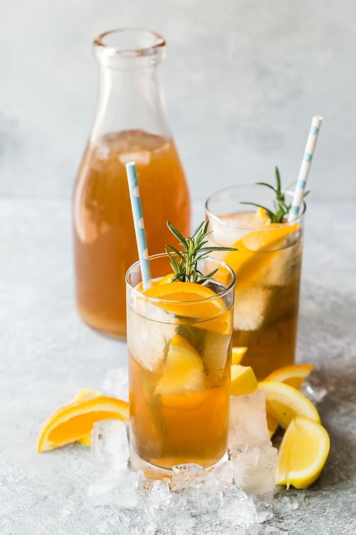 ice tea maison recette facile, comment préparer un thé glacé avec tranches d'orange, idée boisson froide aux fruits et herbes