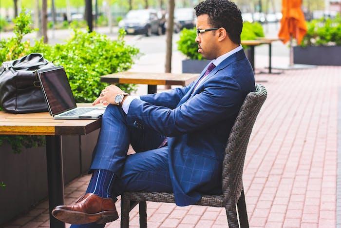 idée de tenue chic homme, porte le costume en été, look homme d affaire en costume bleu avec chemise blanche et cravate marron