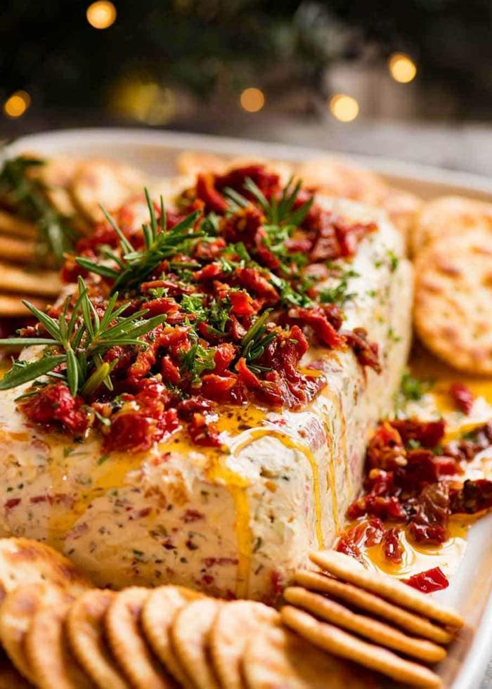 apéritif original, mélange de fromages, tomates séchées, huile d'olive et herbes fraîches, amuses bouches originaux