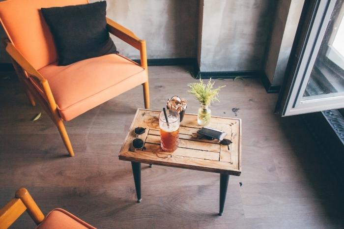 que boire pendant l'été, idée boisson detox au thé vert ou noir avec fruits et herbes, recette thé glacé au citron