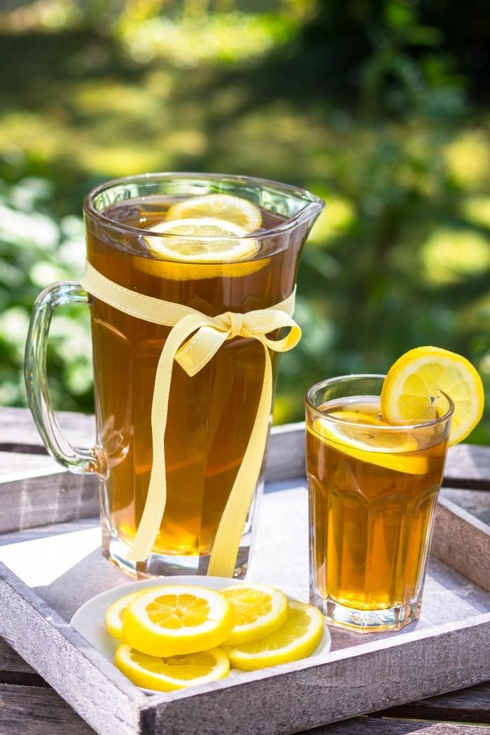 thé glacé recette facile et rapide, préparer un thé vert avec glace et tranches de citron, quel type de thé froid combiner avec citron