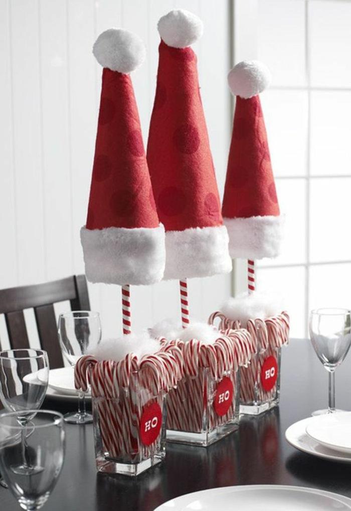 déco de table en bois foncé, chapeaux de père noel, sucettes, chaises en bois, verres à champagne