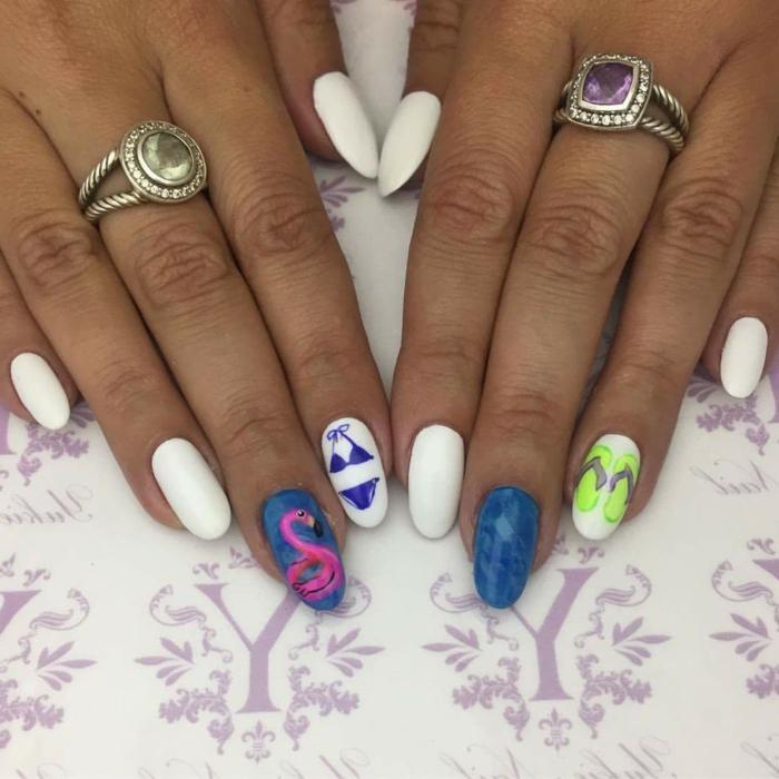 idée nail art intéressant, flamingue, maillot de bain, bagues avec pierres, manucure en bleu et blanc