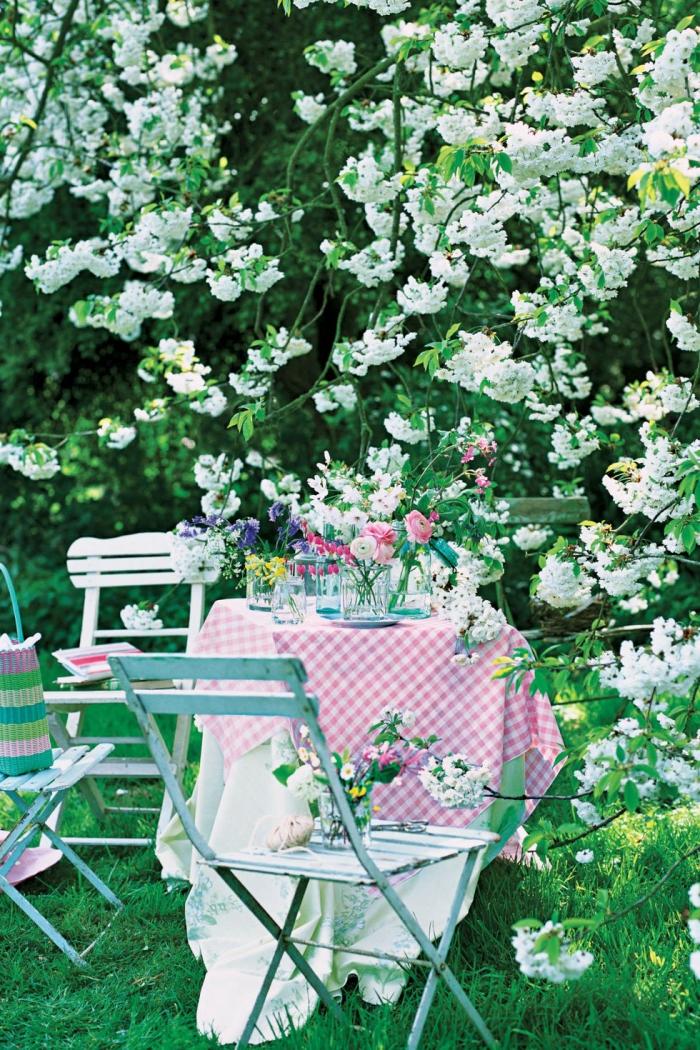deco table à l'extérieur, chaises turquoises, arbre fleuri, décoration table anniversaire