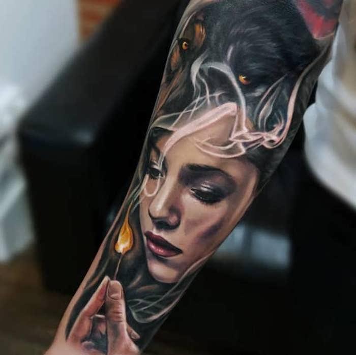 tatouage femme symbolique, loup noir, allumette, image de jeune femme, animal totem