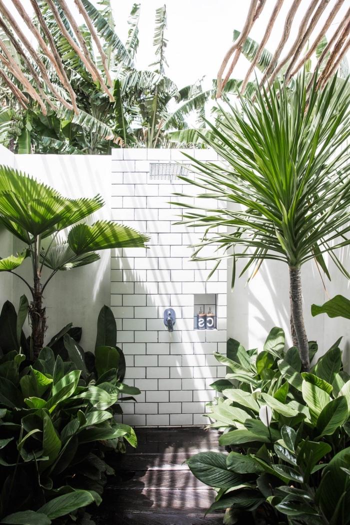 exemple comment décorer une salle d'eau extérieure avec toiture en bois exotique et murs en carreaux blancs