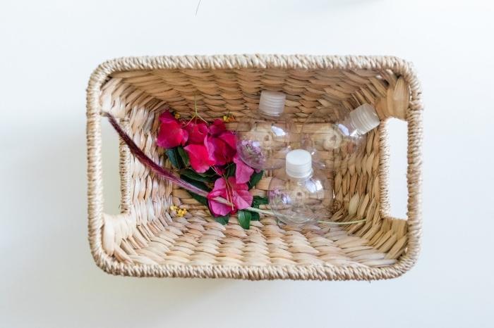 tutoriel facile pour faire un jouet ludique, idée montessori à la maison, petit contenant en verre à remplir avec fleurs