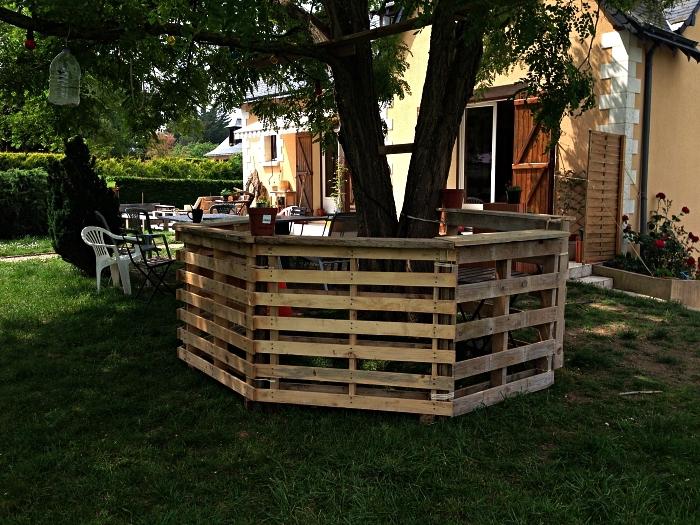 meuble avec palette en bois pour le jardin, aménager un bar de jardin en palettes autour d'un arbre