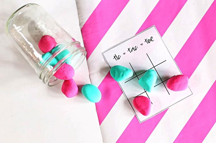 idée de cadeau de saint-valentin à faire soi même, bocal avec jeu de tic tac toe et ses pions galets, peindre des galets pions
