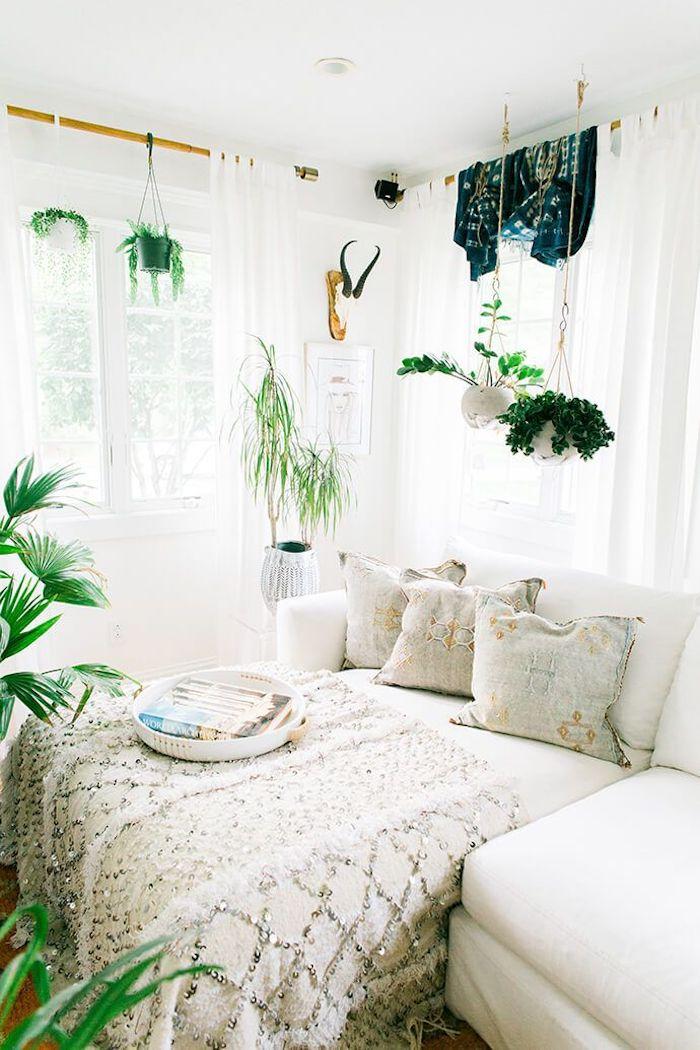 Chambre à coucher blanche, plantes vertes, décoration bohème, deco ethnique chic, coussin berbere, style boheme chic