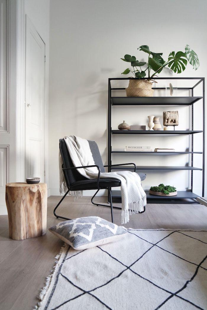 Chaise coin de lecture, étagère industrielle, table basse bois flotté, tapis noir et blanc, interieur moderne