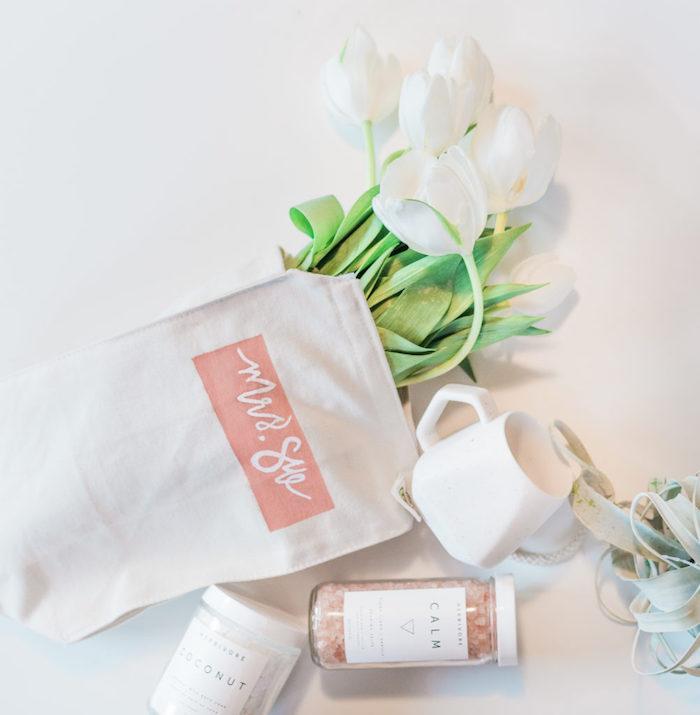 idee cadeau maitresse, sels de bain et gommage corps au coco avec une sac en tissu personnalisé rempli de tulipes et tasse à thé