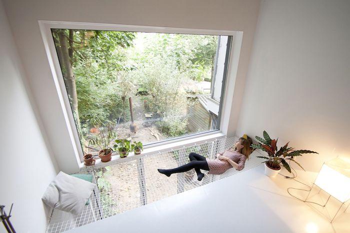 deco minimaliste en blanc avec hamac d interieur original avec vue sur l exterieur par une grande fenetre, plantes vertes autour