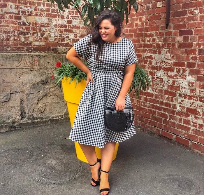 Idée de tenue femme décontractée chic, robe décontractée grande taille à carreaux en noir et blanc avec manches courtes