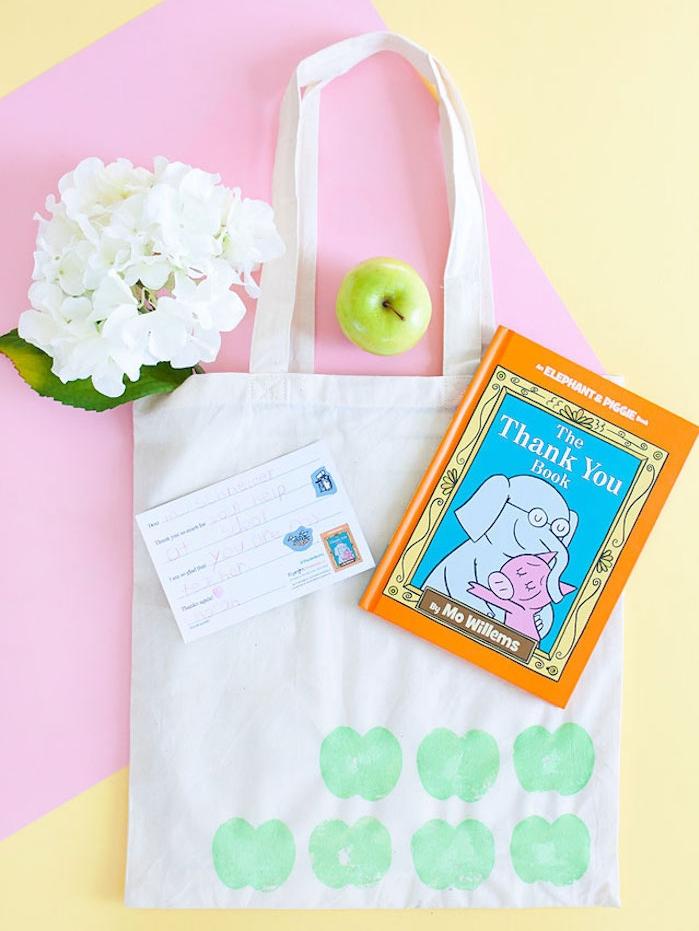 sac en tissu à motif pomme vert avec livre pour professeur, pomme et fleur blanche, cadeau maîtresse école