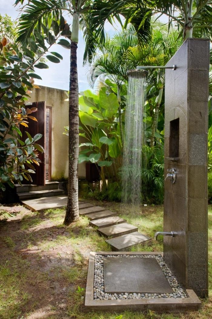 aménagement extérieur d'une maison, modèle de jardin avec gazon et arbres exotique, modèle de douche de jardin fixe