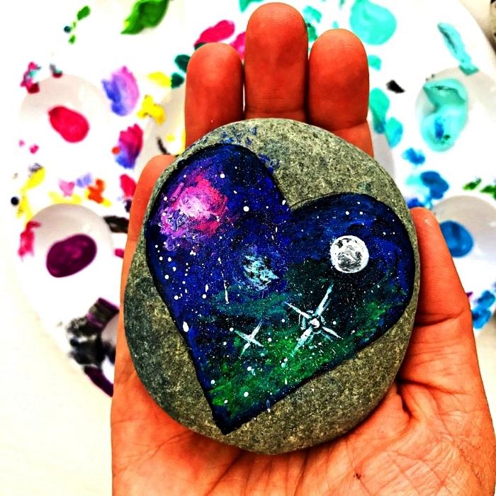 galet peint avec coeur aux couleurs de la galaxie, galets décorés pour un cadeau personnalisé original
