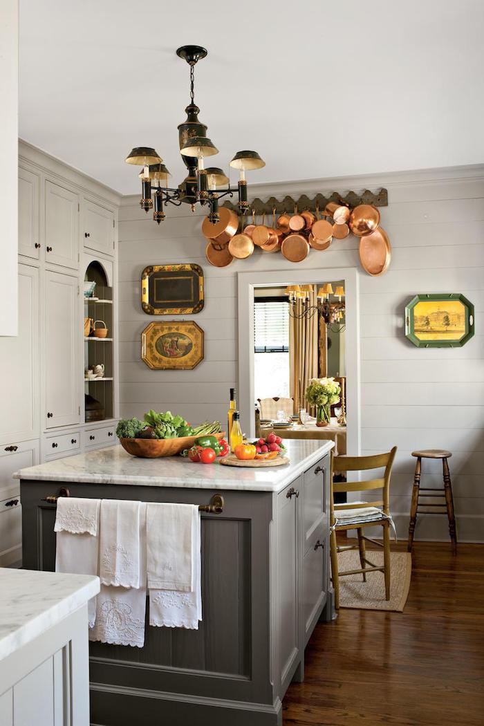 Cuisine ancienne, cuisine style campagne, cuisine année 50, ilot de cuisine central, chaises en bois vintages