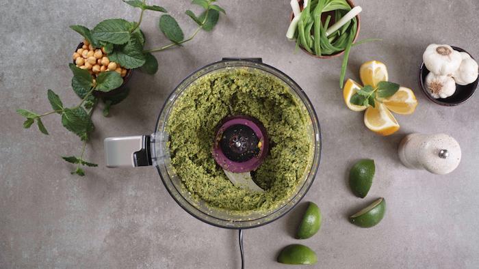 pâte à falafel maison avec pois chiche, persil et oignon vert assaisonné, boulette de pois chiche maison