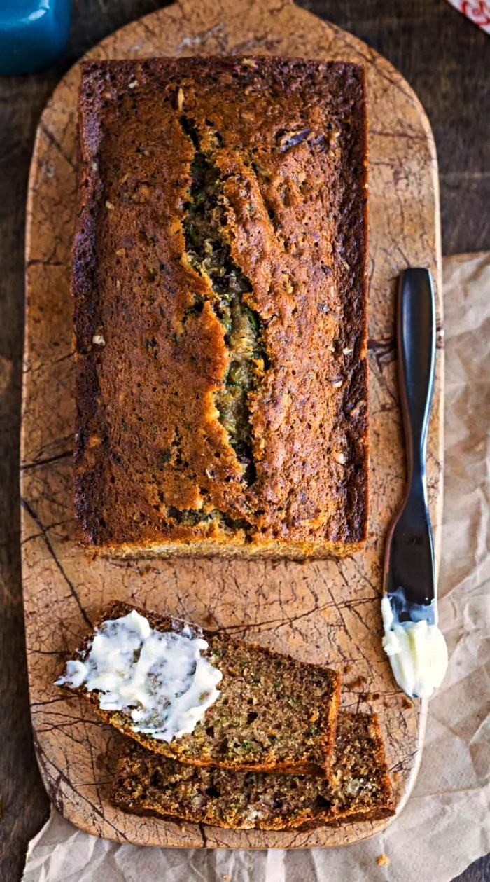 idée de petit-déjeuner sain et équilibré, pain aux courgettes nutritif et faible en glucides