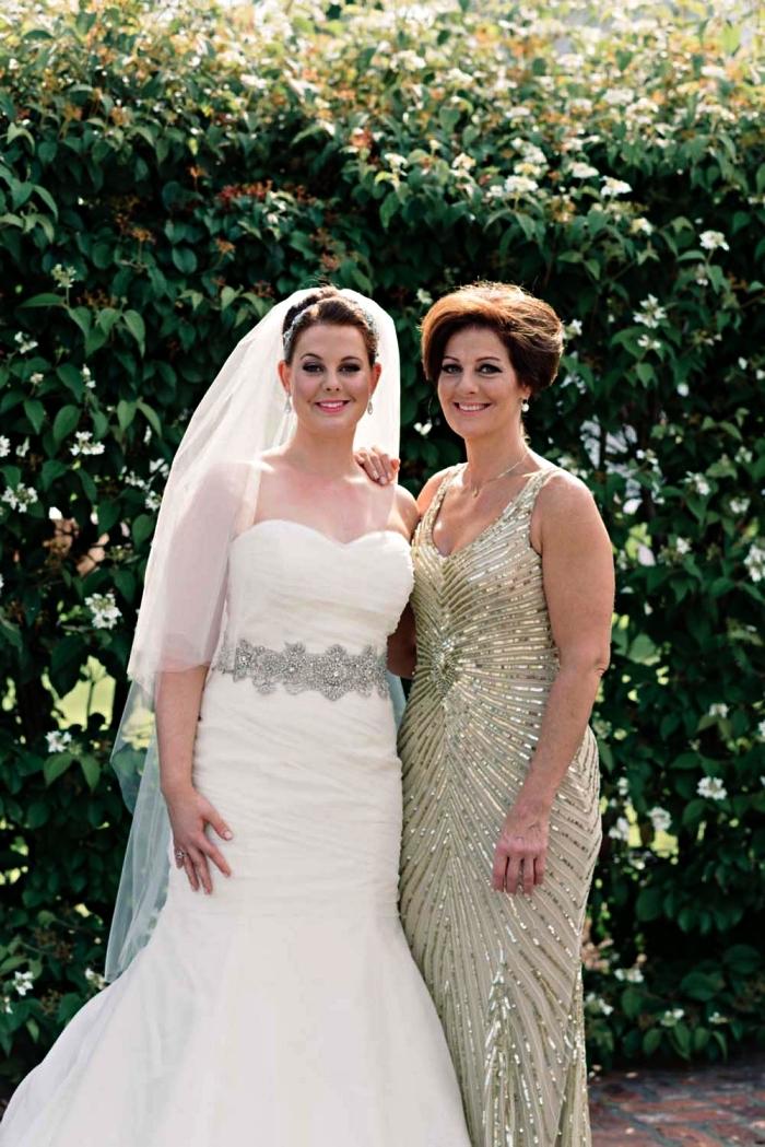 robe ceremonie femme 50 ans avec ornements de sequins motif rayons de soleil, idée de tenue élégante pour mère de la mariée