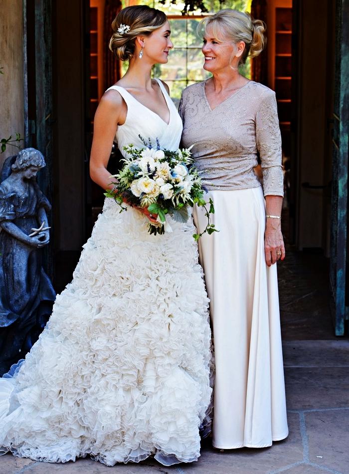 ensemble pour mère de la mariée, blouse élégante à décolleté en v combinée avec une jupe longue en mousseline dans la même tonalité