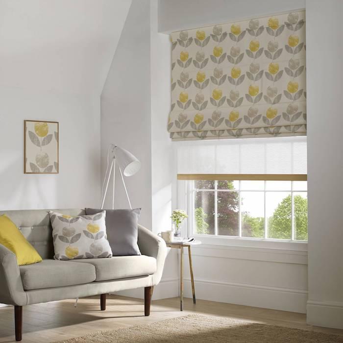 Jaune et gris décoration à fleurs, cool idée à associer les stores aux coussins