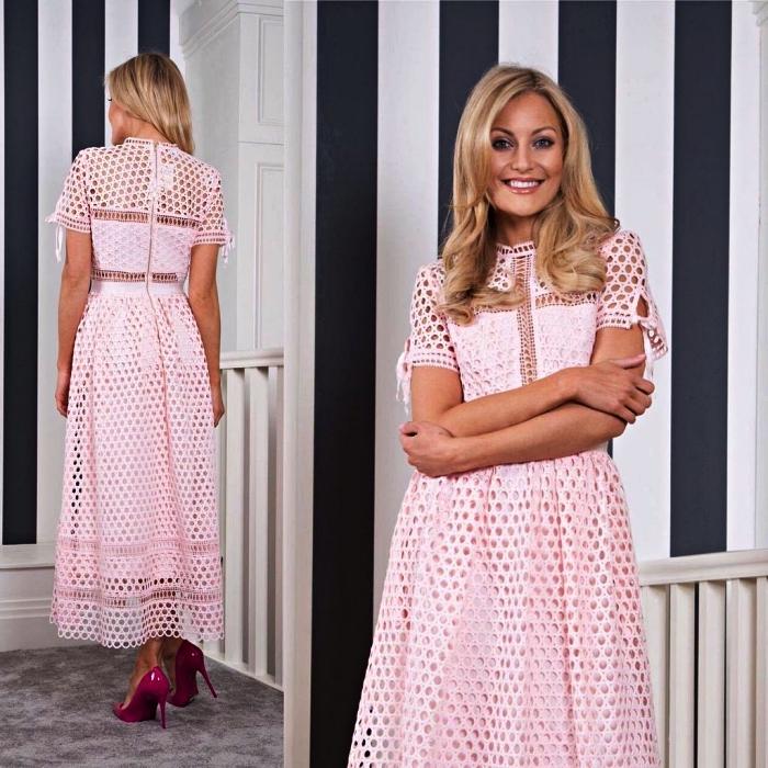robe de cocktail longueur midi en guipure rose pour la mère de la mariée, robe mariage champetre pour la mère de la mariée