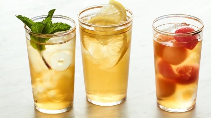 faire du thé glacé avec fruits et herbes fraîches, idée ice tea au thé vert et citron avec feuilles de menthe, boisson froide maison