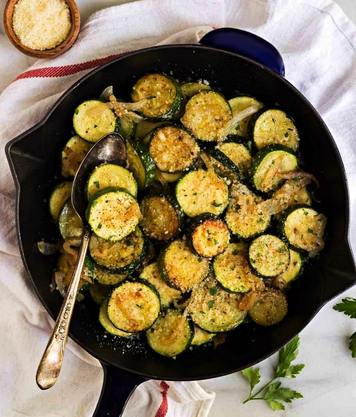 recette simple et rapide de courgette sautées au parmesan et oignon, recette facile pour le soir à base de courgettes poêlées