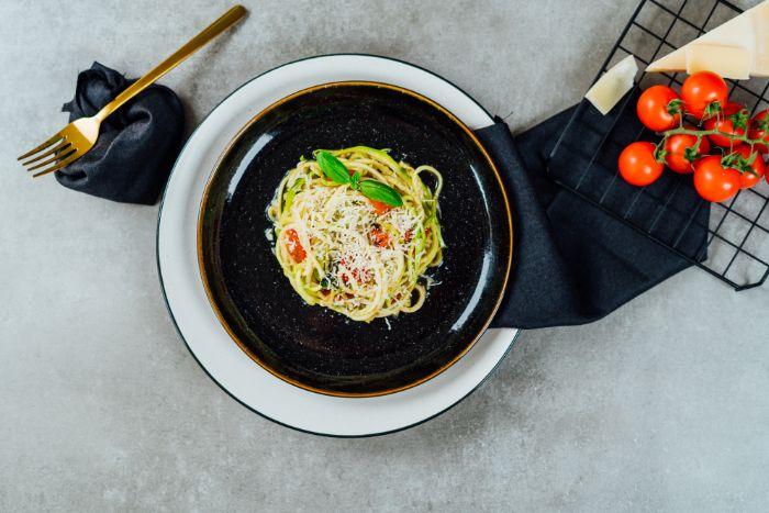 recette avec courgette de spaghetti à la sauce tomate et parmesan avec du pesto de basilic