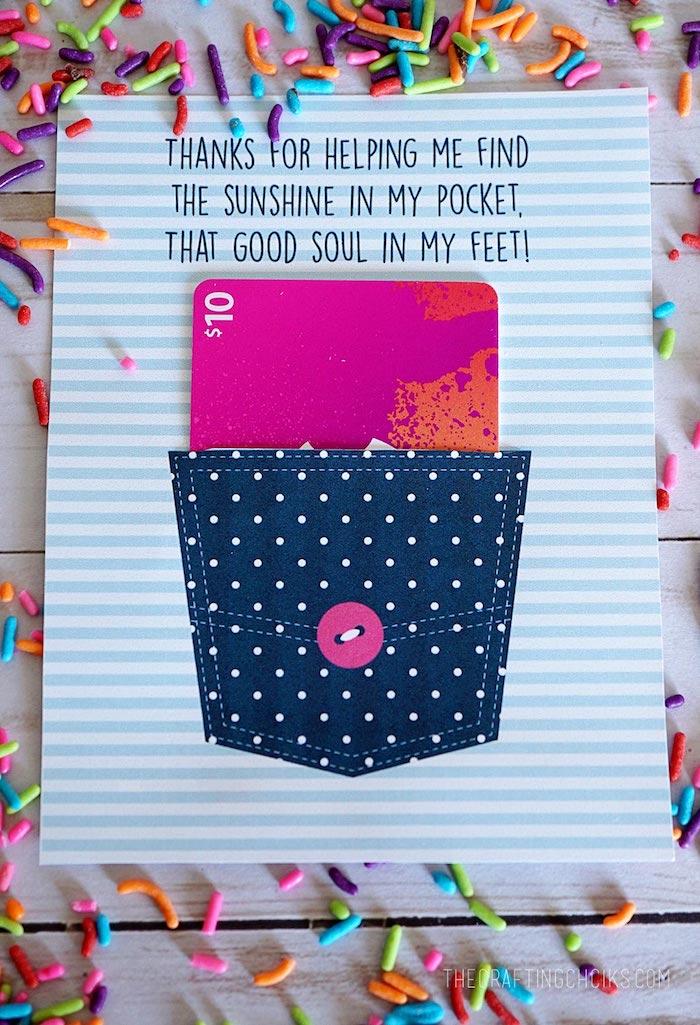 cadeau fin d'année pour maîtresse, pochette chèque cadeau originale en poche de jean avec chèque à l intérieur sur une feuilles papier avec message