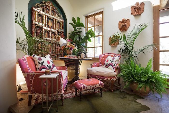 deco ethnique dans un salon berbere avec fauteuils et table basse à motifs orientaux, accessoires deco murale ethnique originale