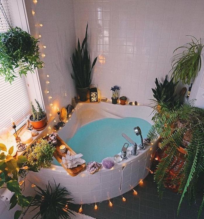 baignorie d angle dans une salle de bain boheme romantique, carrelage blanc classique, guirlande lumineuse et lumières romantiques, quelle plante salle de bain pour une touche jungle