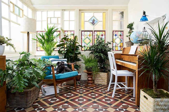 carrelage salon oriental, piango et fauteuil bois à coussin bleu, idée plante d intérieur en pot par sol et sur table, vitraux colorés