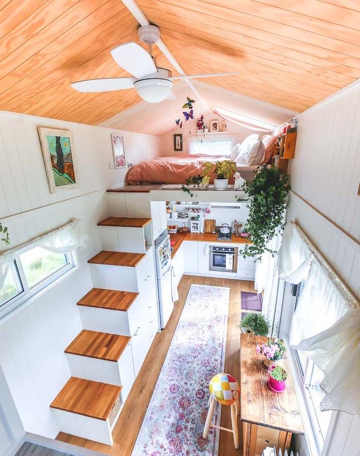 idee deco petit maison, amenagement studio avec lit mezzanine, escalier bois, cuisine blanche et bois sous mezzanine, accents urban jungle