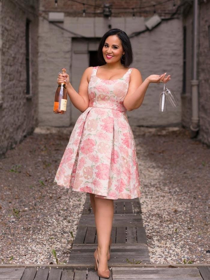robe fleurie à imprimé fleur rose grande taille, coupe cintrée avec jupe évasée et décolleté en v