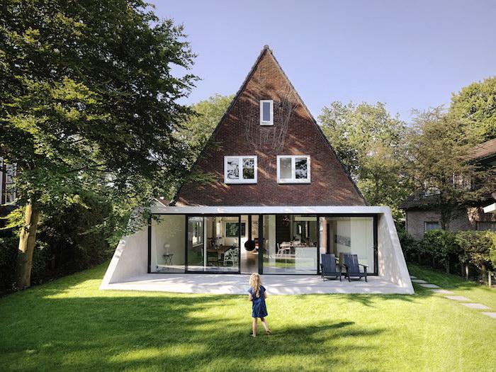 modele d extension avancée d une maison avec des baies vitrées portes coulissantes, ouverture sur cour interieur en gazon