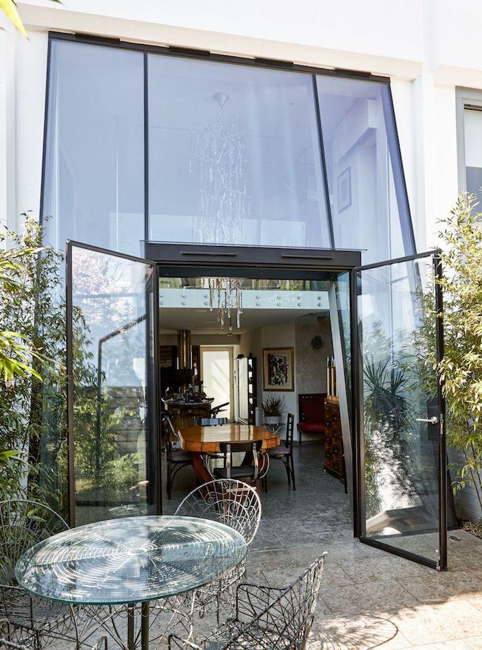 agrandissement maison en pente original avec facade vitrée, salle à manger style traditionnel, ouverture sur petit coin repas en plein air