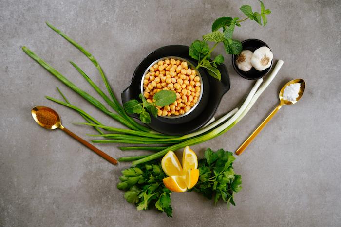 ingrédients apéritif léger d été, comment faire une boulette de pois chiche avec persil et oignon vert frais