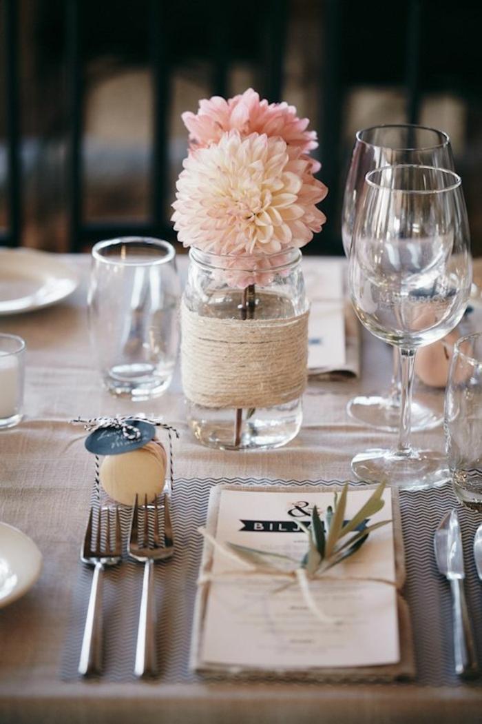verres en verre, bocal enrobé de fil de lin, chemin de fer en jute, dahlias roses, deco table bapteme