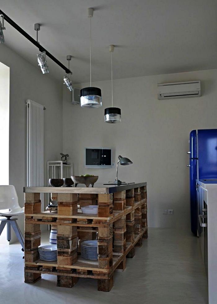 ilot central palette avec rangements pour la vaisselle, aménagement d'une cuisine avec îlot central en palettes récup