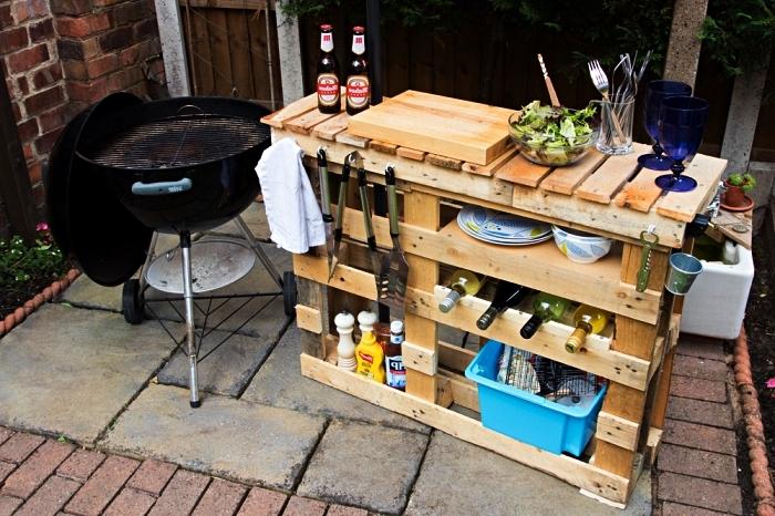 idée de meuble de rangement pratique pour le jardin, meuble en palettes de bois pour le coin barbecue