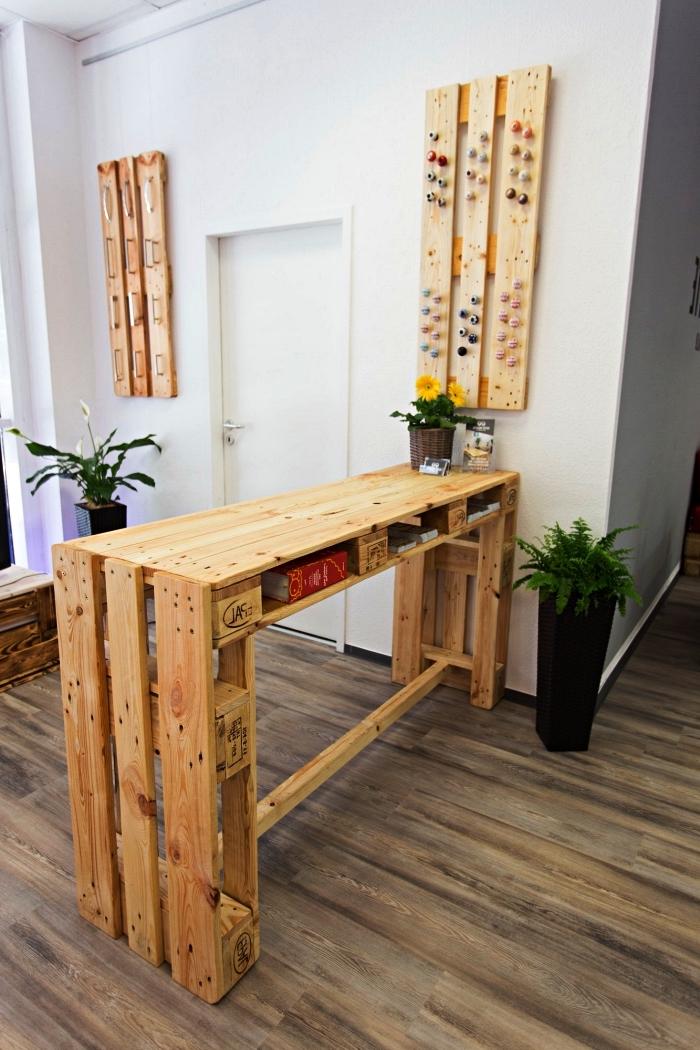 meuble de bar mange-debout réalisé en palettes avec espace rangement, idée de meuble palette bois pour aménager un coin repas