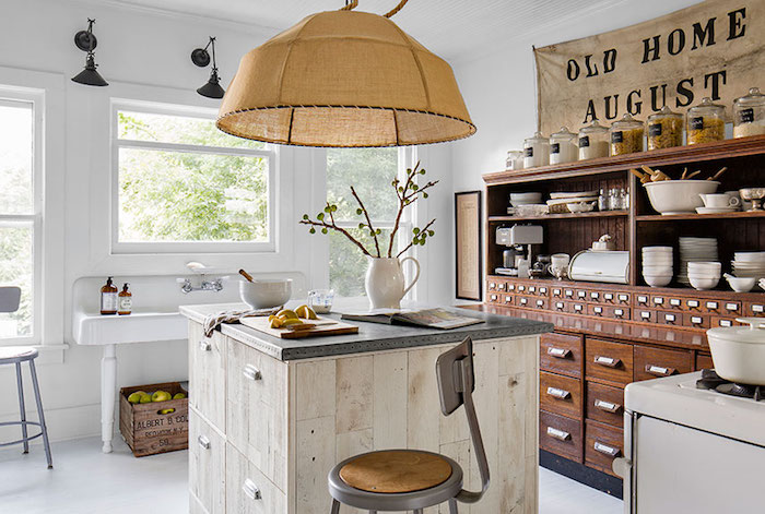 Lustre original comme un grand bol en rotin, cuisine retro chic, cuisine campagne chic, bonne atmosphère