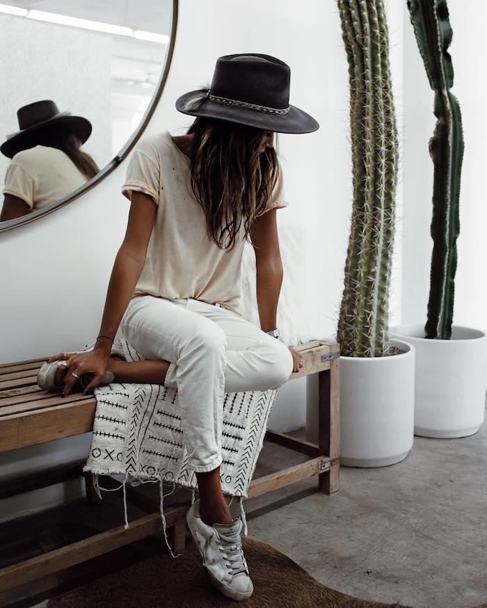 Grand cactus décoratif, miroir ronde, banc en bois, femme style hippie chic, bohème tenue tout blanc pour femme