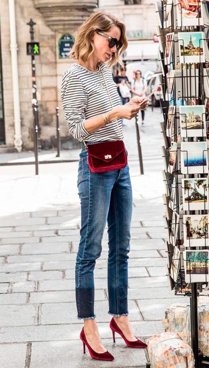 Chaussures à talon rouge velours sac à main, femme tenue jean et blouse rayé, tenue chic, robe d'été femme, style sans efforts
