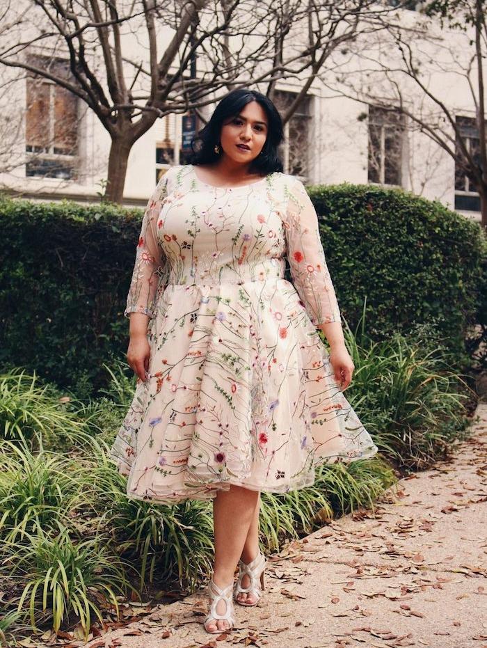 idée de robe couleur champagne à motif fleuri avec jupe évasée et ,anches lingues transparentes